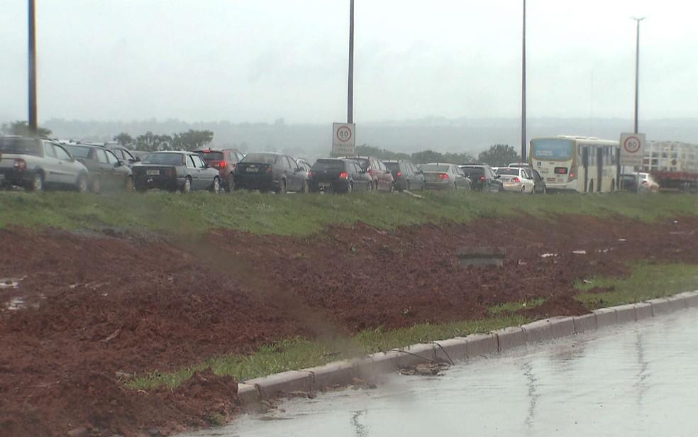 Engarrafamento causado por obra na Via Estrutural, no DF — Foto: TV Globo/Reprodução