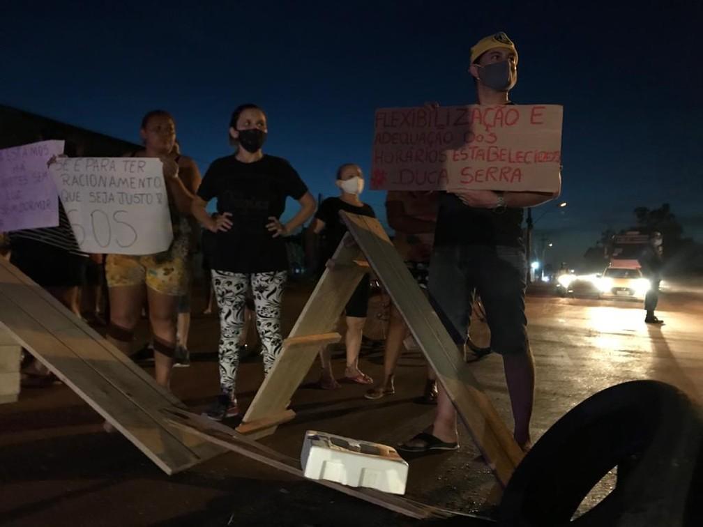 Manifestantes utilizaram barricadas, pneus e cartazes no protesto na Zona Oeste de Macapá — Foto: Caio Coutinho/G1