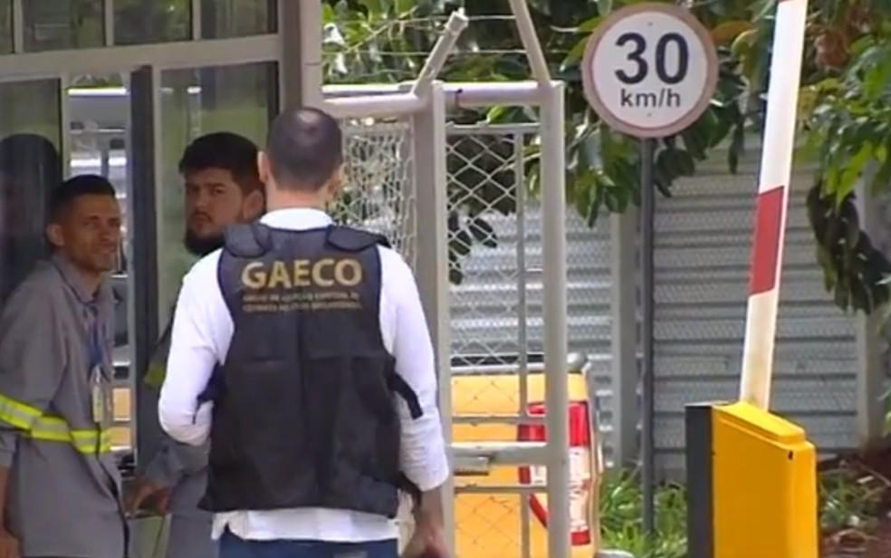 Operação do Ministério Público cumpriu busca e apreensão na sede da empresa, em Goiânia, Goiás — Foto: Reprodução/TV Anhanguera