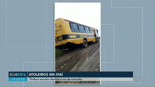 Ônibus escolar desliza em atoleiro e sai de estrada rural em Ivaí