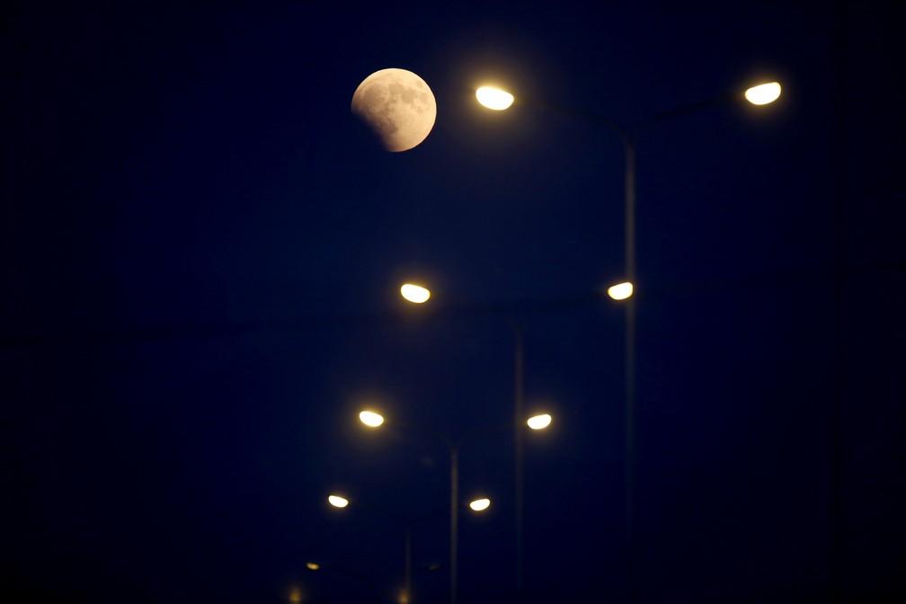 Eclipse lunar visto em Tirana, na Albânia (Foto: Gent Shkullaku/AFP)