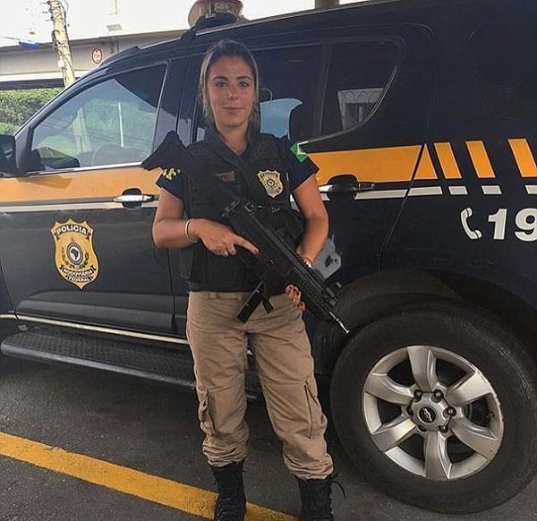 A agente Mari Ag posa para foto com o uniforme e o armamento da Polícia Federal (Foto: Reprodução / Instagram)
