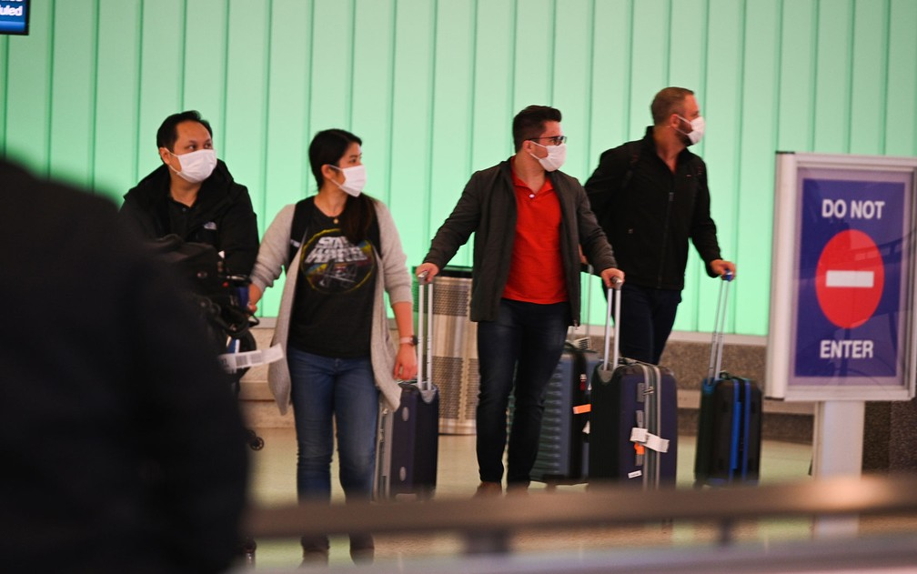 Passageiros chegam ao Aeroporto Internacional de Los Angeles horas antes da suspensão de viagens na Europa aos EUA, em 14 de março — Foto: Robyn Beck / AFP Photo