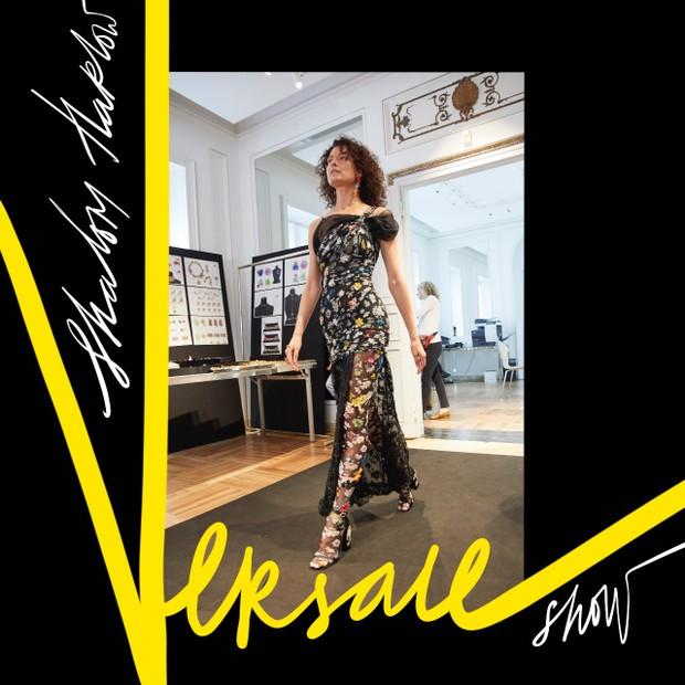 Shalom Harlow faz o seu comeback na passarela para a Versace (Foto: Ilustração: Alena Lavdovskay)