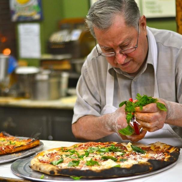 Dom fazendo pizzas no Di Fara (Foto: Fernanda Paronetto)