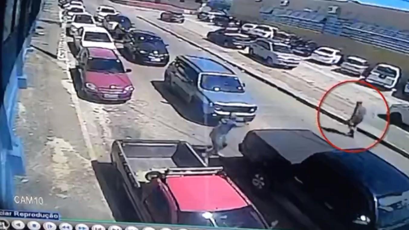 Vídeo mostra tiros e correria após discussão que deixou dois baleados no Alecrim, em Natal