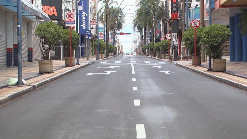 Rua vazia no Centro de Araraquara neste domingo (21) — Foto: Nilson Porcel/EPTV