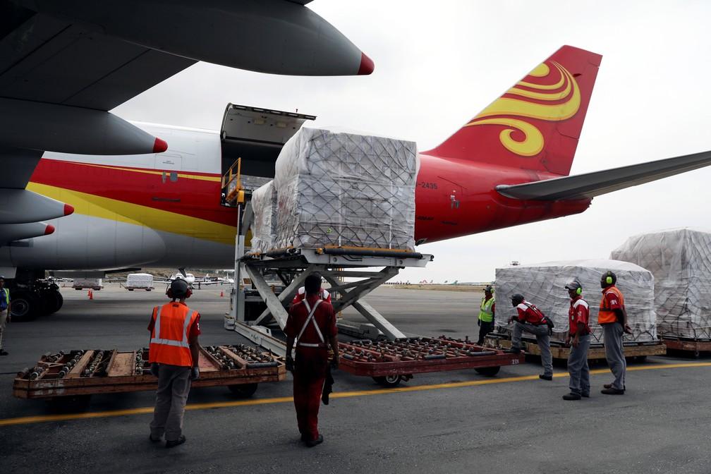 Carga de ajuda humanitária é retirada de avião enviado pela China ao aeroporto de Maiquetía, na Venezuela, em 29 de março — Foto: Manaure Quintero/Reuters