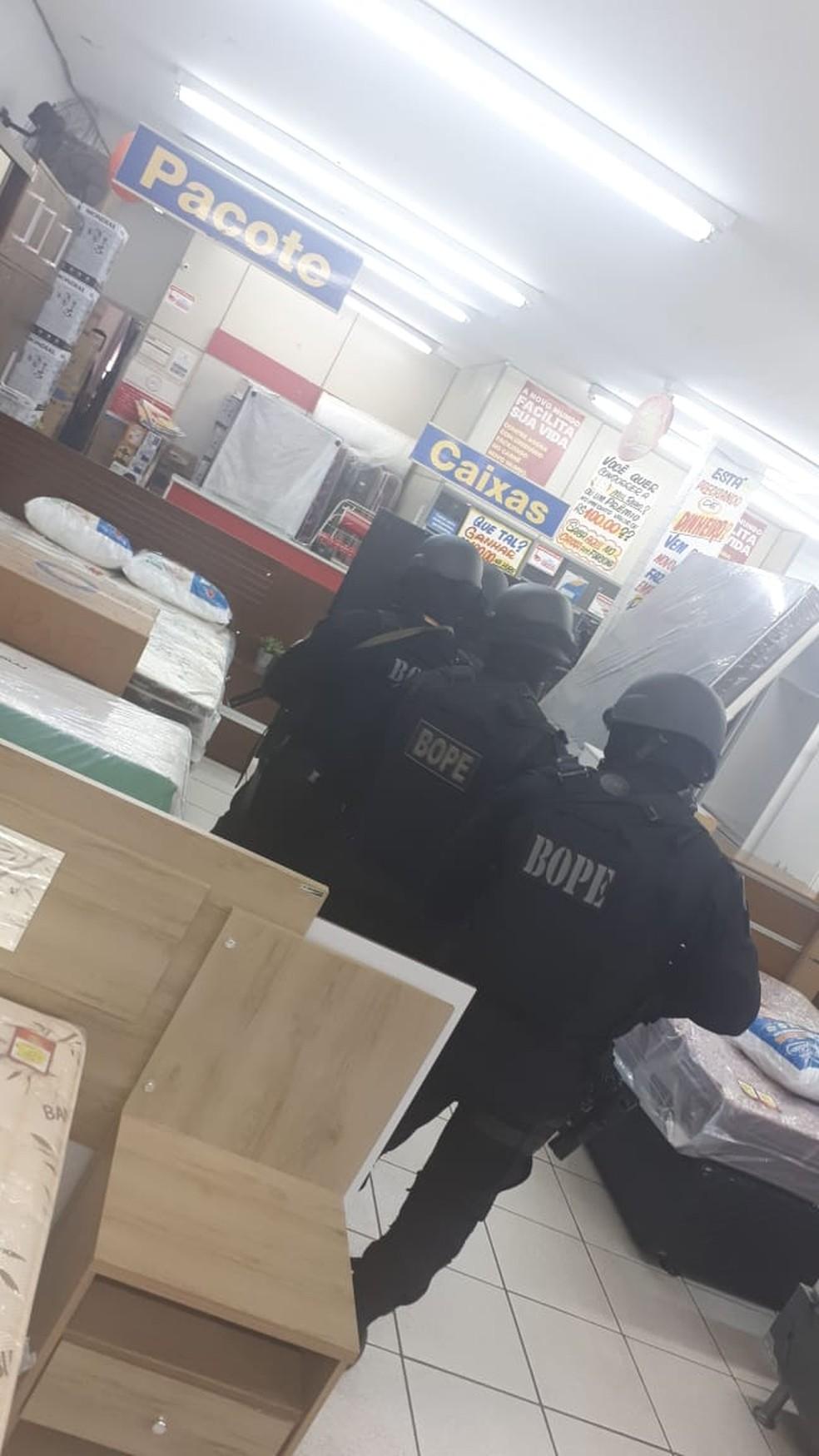 Ladrões negociaram soltura de reféns e se entregaram — Foto: PM/Divulgação