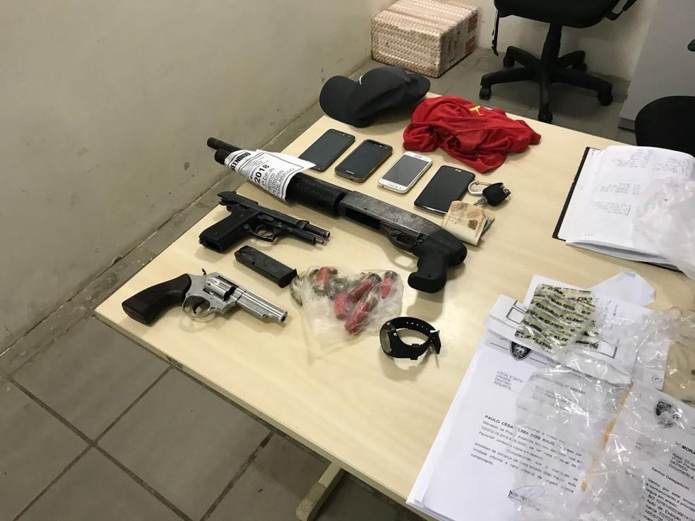 Armas apreendidas com os suspeitos foram levadas para a Delegacia de Plantão da Zona Sul de Natal (Foto: Kleber Teixeira/Inter TV Cabugi)