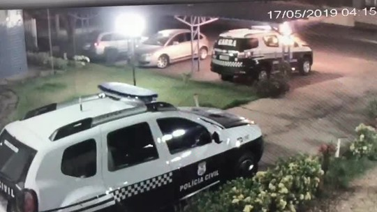Adolescentes são suspeitos de incendiar viatura da polícia depois de serem detidos em MT; veja vídeo