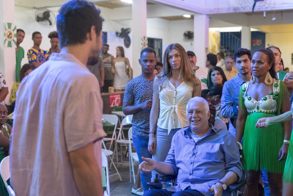 Paloma (Grazi Massafera) e Alberto (Antonio Fagundes) dão de cara com Marcos (Romulo Estrela) na quadra da escola de samba — Foto: Paulo Belote / TV Globo