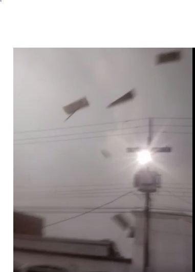 Vendaval destelha casa, atinge poste de energia e assusta moradores no AC; veja vídeo
