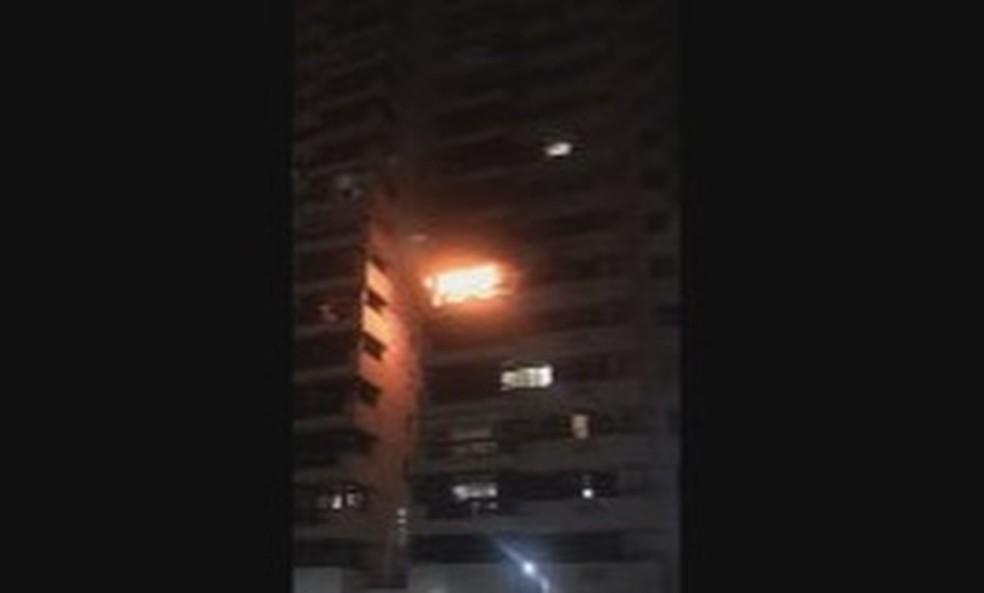 Apartamento pegou fogo na madrugada deste sábado (9) na Barra da Tijuca — Foto: Reprodução