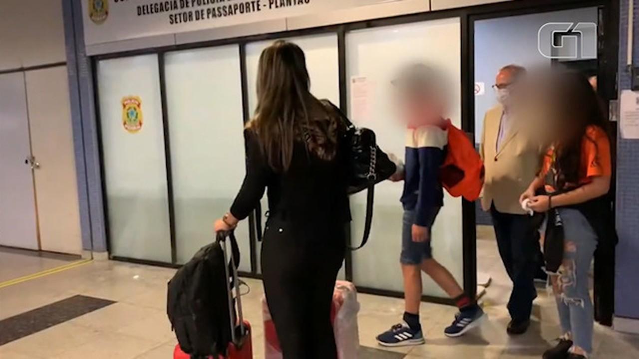 VÍDEO: Carlinhos chega ao Aeroporto de Recife com mãe e irmã