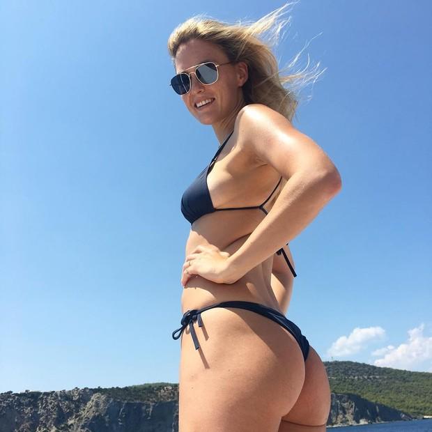 Bar Refaeli mostrou as curvas (Foto: Reprodução Instagram)