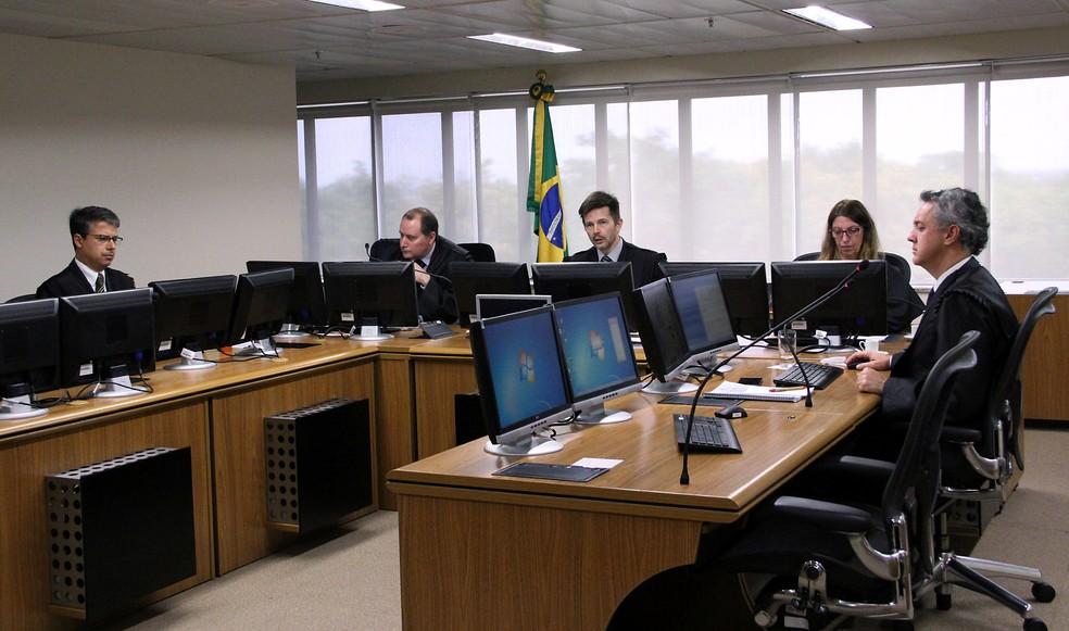 À direita da foto, o desembargador João Pedro Gebran Neto; no centro da imagem, o desembargador Leandro Paulsen; à esquerda, o desembargador Victor Laus (Foto: Sylvio Sirangelo/TRF4/Divulgação)