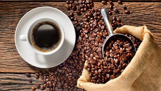 Muita gente ama o gosto do café, mas acha que a bebida as deixa mais agitadas, ansiosas e sem sono (Foto: AMENIC181/ GETTY IMAGES)