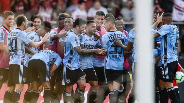 Jogadores do São Paulo comemoram o gol de Daniel Alves