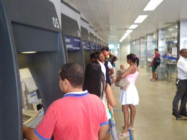 Saques das contas inativas do FGTS movimenta pessoas na agência da Caixa na Praça João Lisboa em São Luís (MA) (Foto: João Ricardo/G1)
