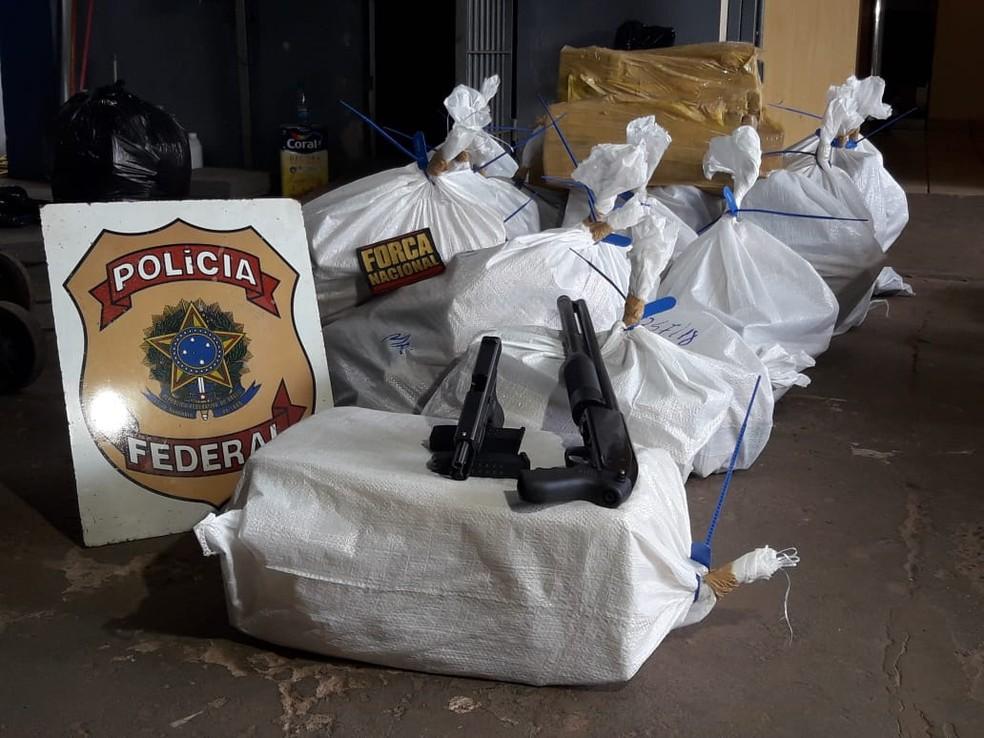 Armas e sacos de tabletes de maconha apreendidos  — Foto: Carlos da Cruz/TV Morena