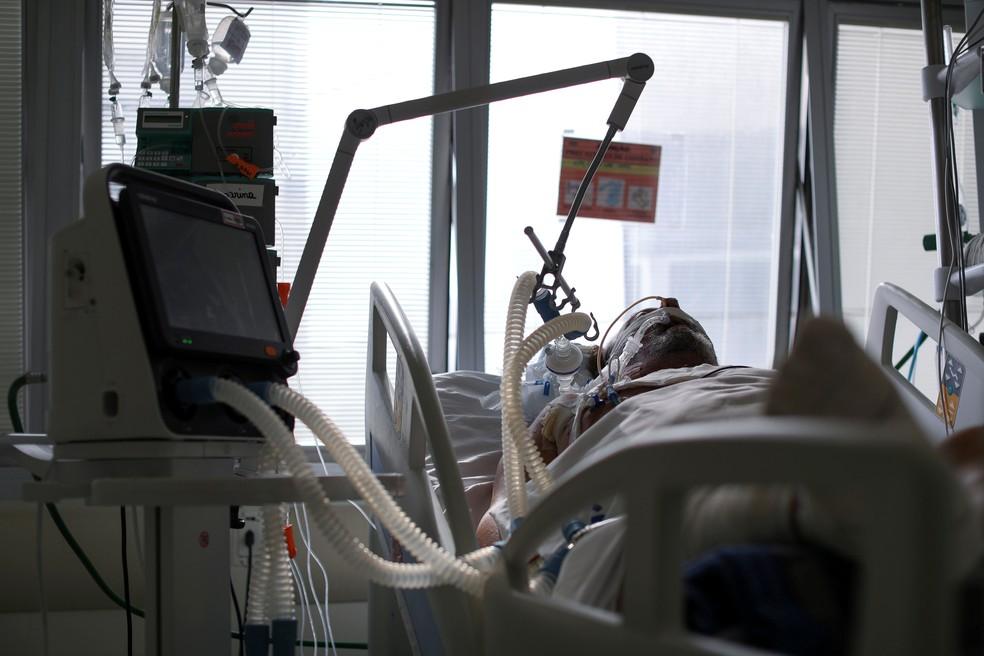 Paciente intubado no Hospital das Clínicas, no dia 17 de março — Foto: Amanda Perobelli/Reuters