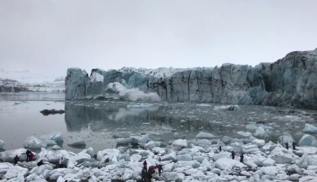 Geleira se rompe na Islândia e turista precisam correr — Foto: Facebook/ Háfjall