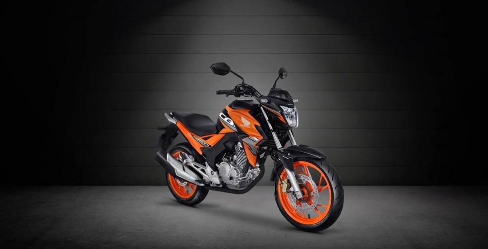 Modelo topo de linha da Honda CB Twister está disponível na cor laranja e com freios ABS — Foto: Divulgação