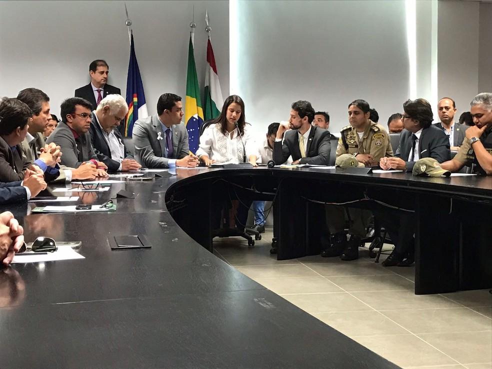 Prefeita Raquel Lyra e o secretário Antônio de Pádua se reuníram na manhã desta quarta-feira (27) (Foto: Mário Flávio/G1)