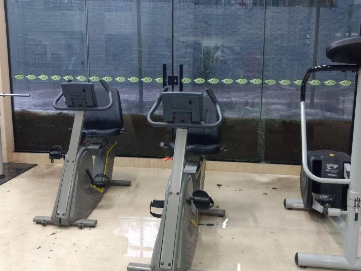 Água da chuva invade academia em Santo Ângelo; vídeo