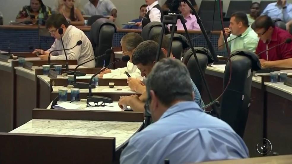 Vereador de Catanduva pediu afastamento do cargo durante sessão (Foto: Reprodução/TV Tem)
