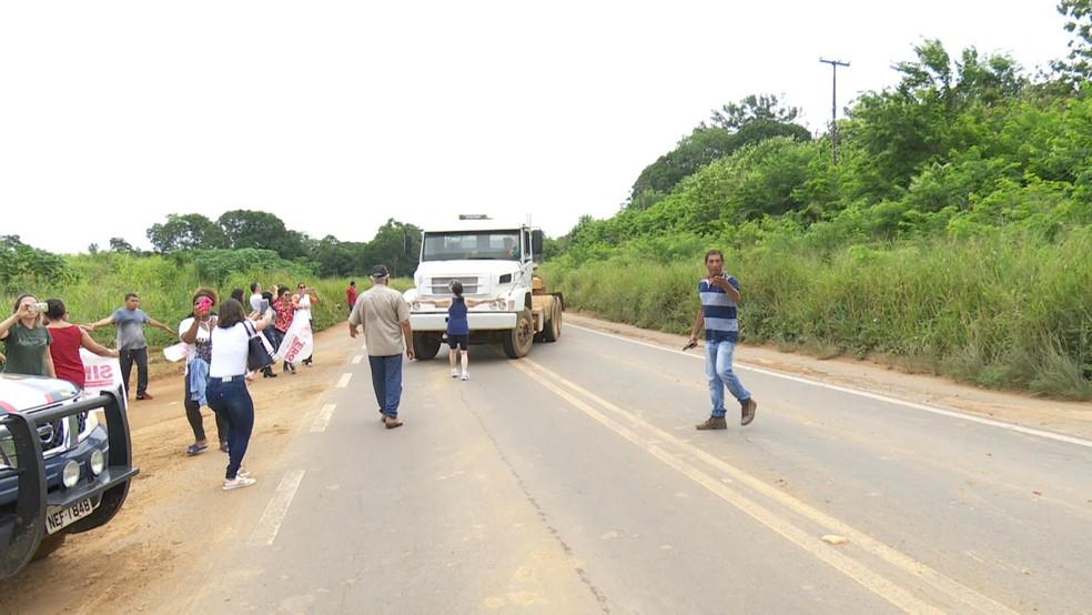 Professores estaduais em greve realizam ato de protesto na BR-364 em Ariquemes, RO (Foto: Rede Amazônica/Reprodução)