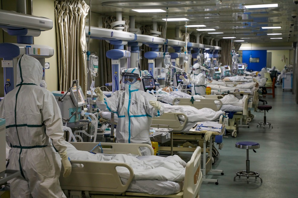 Médicos cuidam de pacientes com Covid-19 em UTI de hospital de Wuhan, na China, em dezembro de 2020 — Foto: China Daily via Reuters