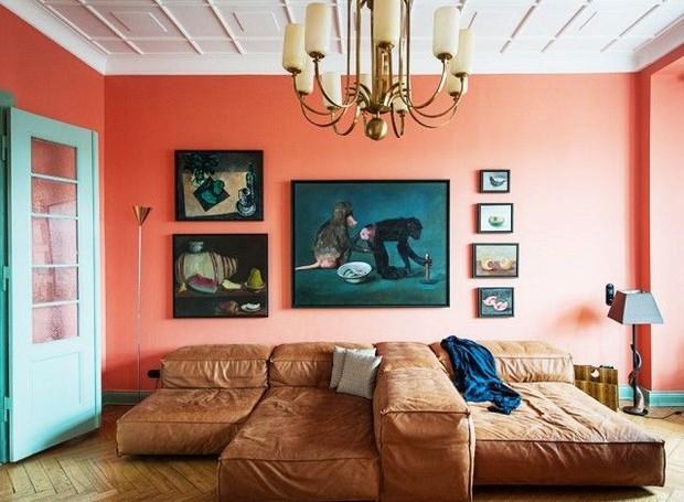 O coral domina a decoração da sala (Foto: Southern Living/ Reprodução)