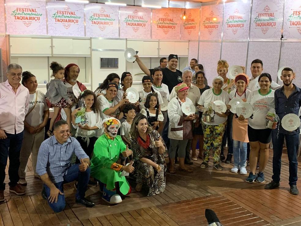 Vencedores do Festival Gastronômico comemoram — Foto: Lucas Machado/TV Anhanguera