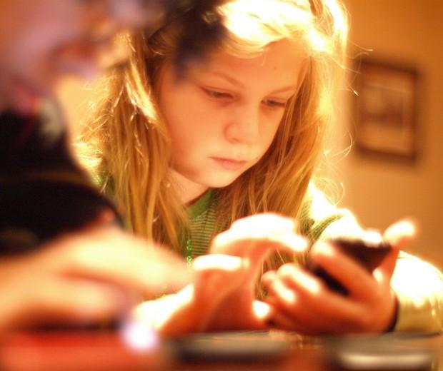 Crianças não devem ficar o tempo todo no celular (Foto: divulgação)