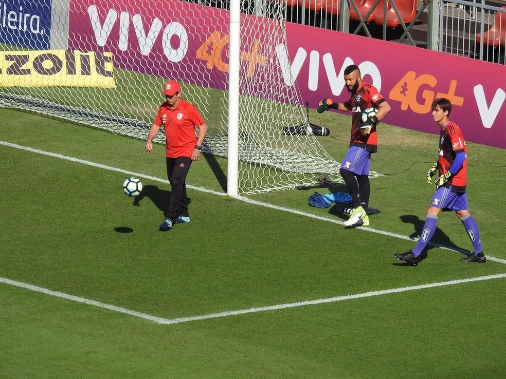 Alex Muralha faz aquecimento ao lado de César e Victor Hugo (Foto: Fred Gomes/GloboEsporte.com)