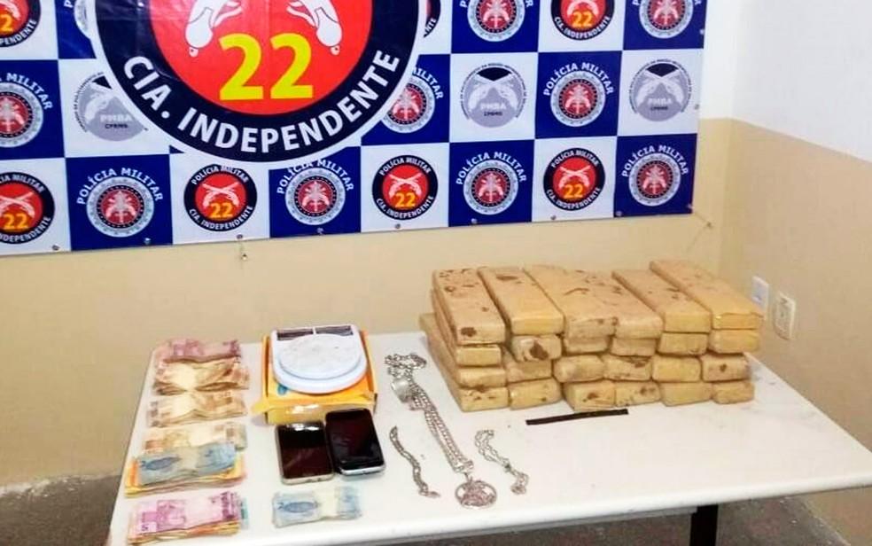 Material apreendido foi levado para delegacia de Simões Filho (Foto: Divulgação/Polícia Militar)