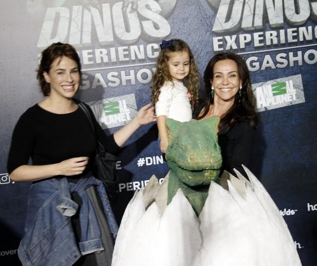 Flavia Monteiro com a filha, Sophia, e uma amiga (Foto: Brazil news / Marcos Fereira)