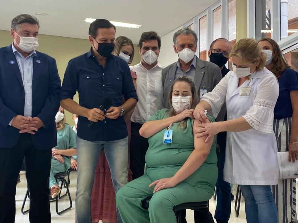 Primeira vacinada contra Covid em Marília ficou isolada dos pais idosos dentro de casa — Foto: Michelle Machado/TV TEM