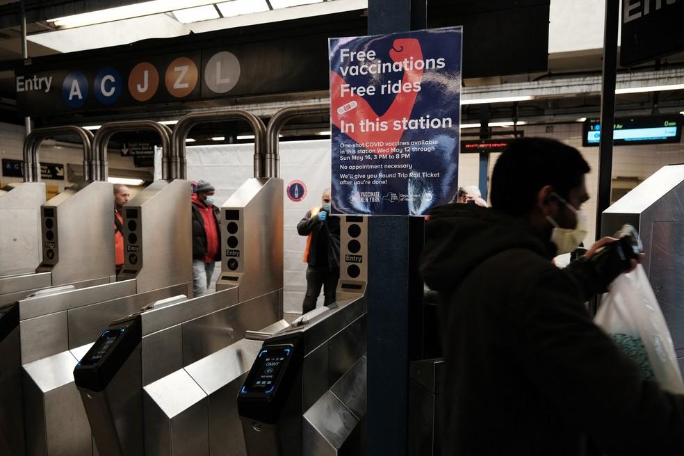 Cartaz oferece vacina em estação de metrô de Nova York; brasileiros estão viajando aos EUA para garantir imunização — Foto: AFP