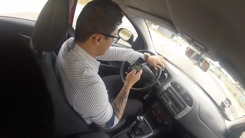 Campanha quer acabar com a mania do motorista dirigir e teclar no celular ao mesmo tempo  (Foto: TV Globo)