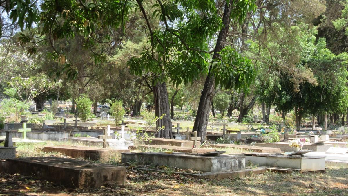Mortos famosos atraem 'peregrinos' ao cemitério de Brasília; visitantes podem pedir mapas a funcionários