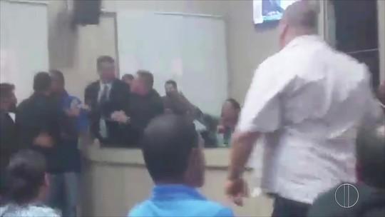 Assessor de vereadora é exonerado após confusão em sessão da Câmara de Campos, no RJ; vídeo
