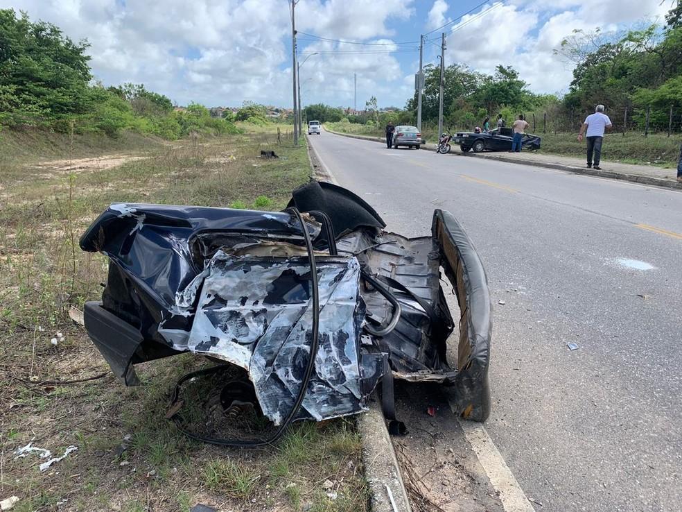 Carro ficou dividido em duas partes, após bandidos baterem em poste, em Natal — Foto: Anna Alyne Cunha/Inter TV Cabugi