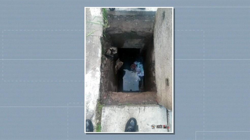 Bueiro onde bebê foi deixada e encontrada por policiais militares  — Foto: Reprodução/TV Globo