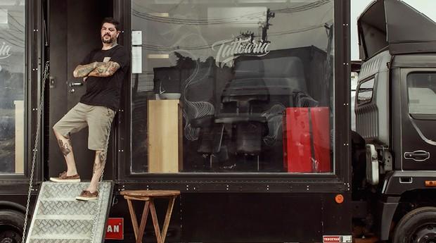 Rodrigo Bondioli, proprietário do Tattoaria, roda o país com o Tattoo Truck, um caminhão adaptado com 13 m² de área útil, usado para tatuar até duas pessoas ao mesmo tempo (Foto: Julia Rodrigues)