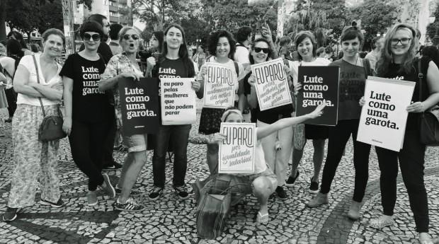 Karina (segunda da direita para esquerda) durante a passeata do Dia Internacional das Mulheres em 2017 (Foto: Divulgação)