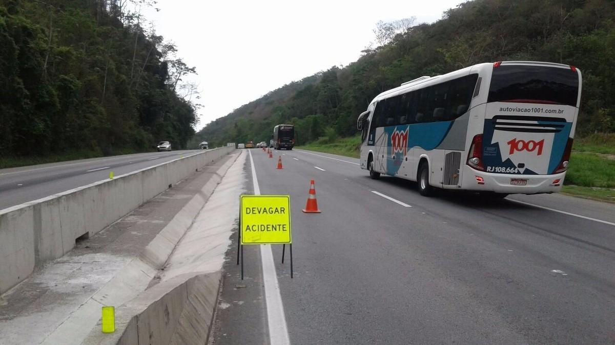 BR-101 tem trecho em meia pista, em Silva Jardim, por conta de caminhão tombado