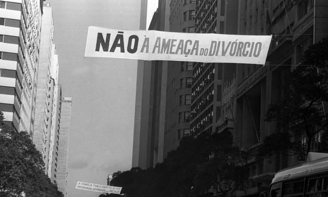 'Não à ameaça do divórcio', diz faixa colocada pela Arquidiocese do Rio em junho de 1977
